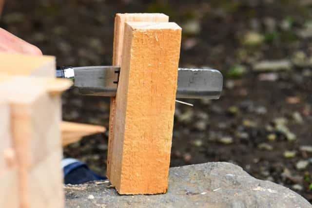 鉈で木片を切断
