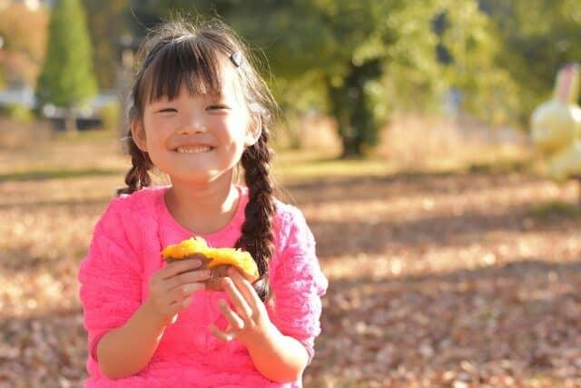 焼き芋を食べる女の子