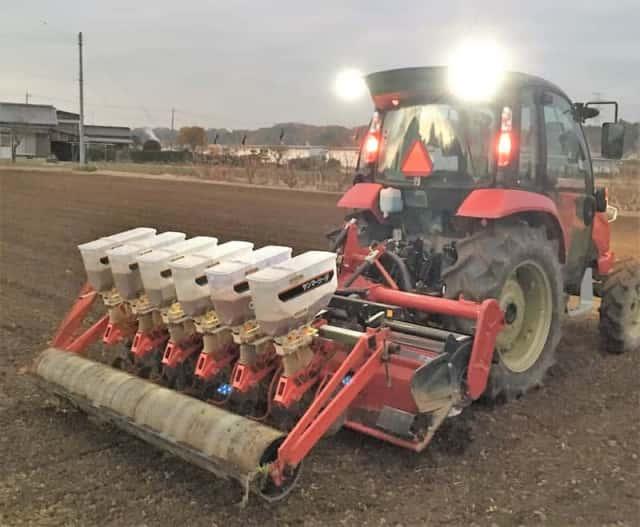 トラクターで麦の種まき