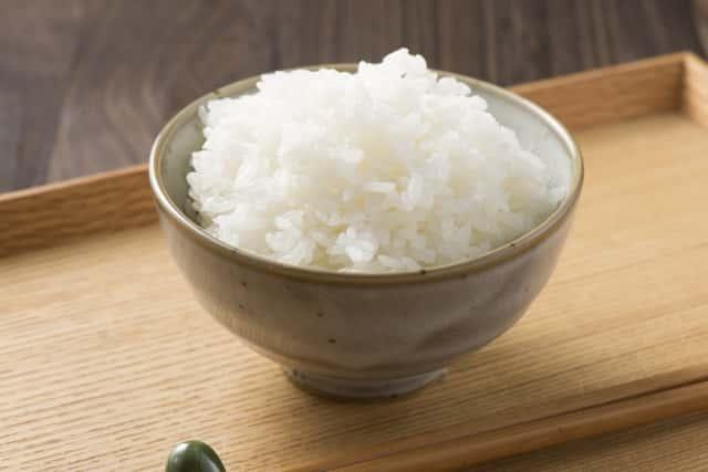 お茶碗に盛られた白米