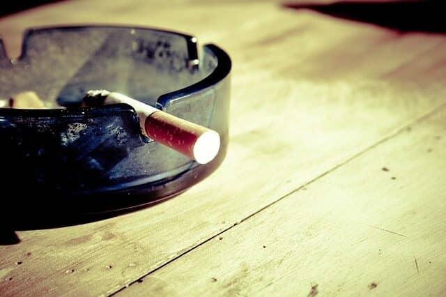 たばこと灰皿