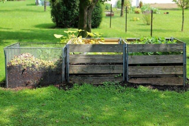 芝生におかれた3台のコンポスト