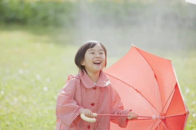 雨の日に遊ぶ子ども