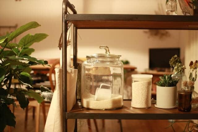 棚に置かれたガラス製の米びつ