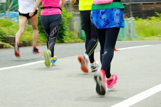 ジョギングをする人たち