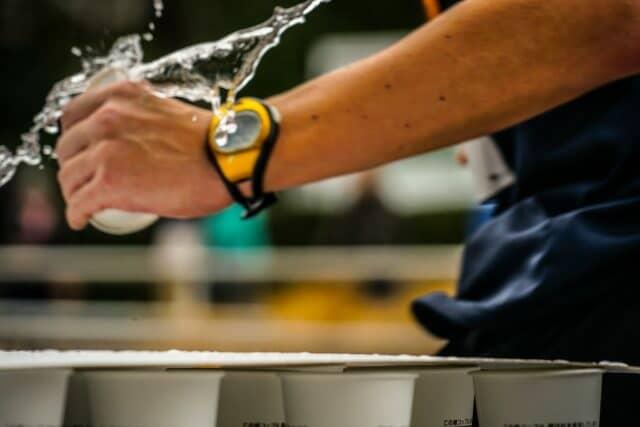 防水腕時計と水しぶき