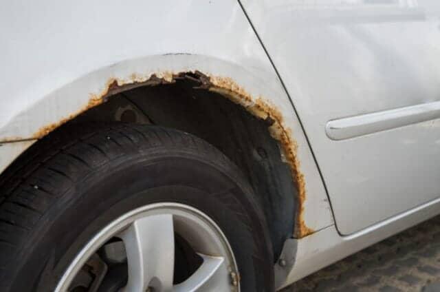 タイヤの周辺が錆びた車体
