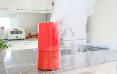 キッチンのカウンターに置かれた加湿器