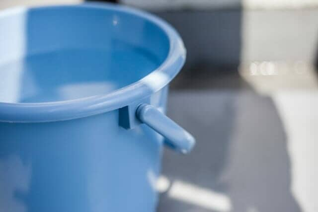 水の入った青いバケツ