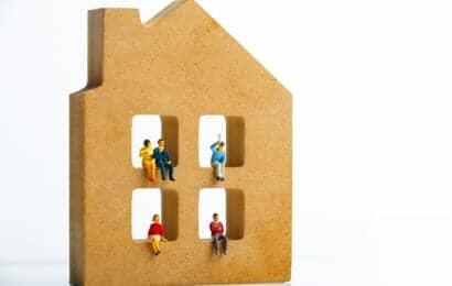 家の模型に座った家族の人形