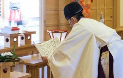 祝詞を読む神主