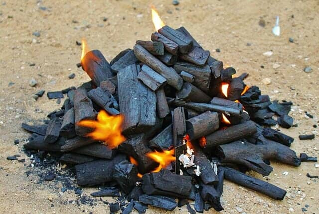木炭を作るときに発生する煙を冷やして木酢液を作る