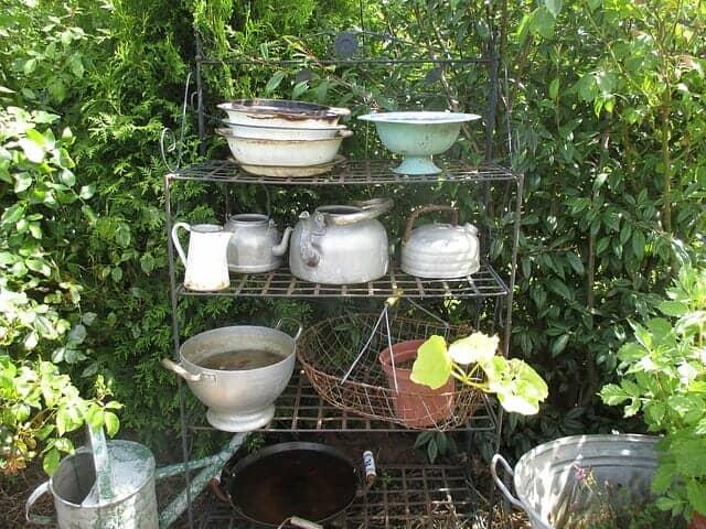 庭に置かれたアイアン製のアンティーク棚