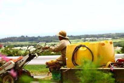 農機を操縦する男性
