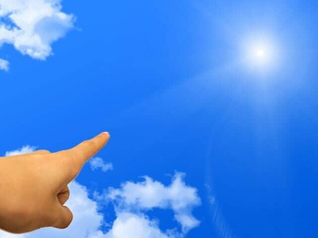 空を差す指