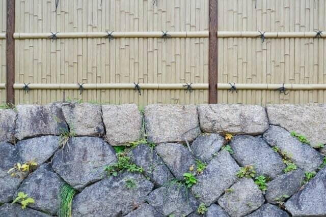 石垣の上に建仁寺垣