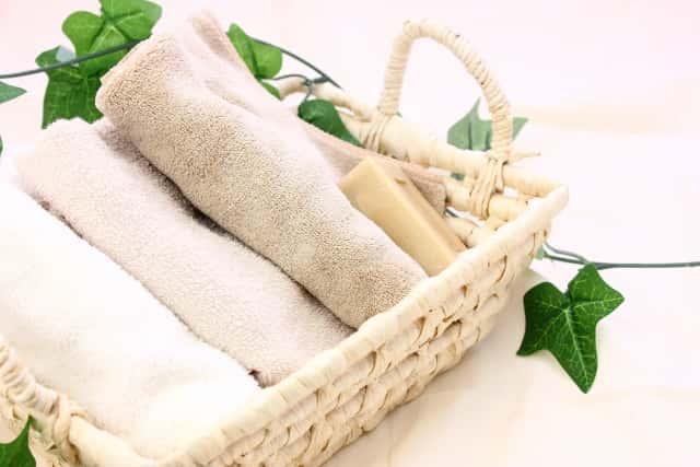 バスケットに入ったタオルと石鹸