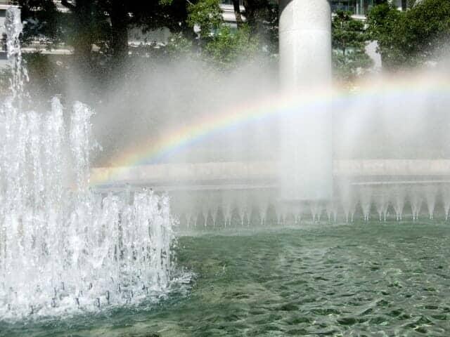 噴水のミストにかかる虹