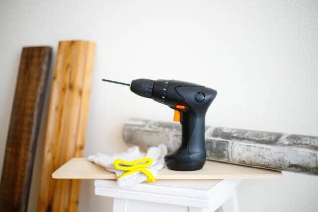 電動ドリルと木材