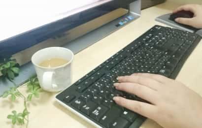 パソコンのキーボードを操作する女性の手元