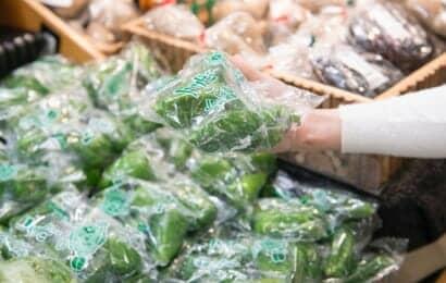 スーパーで販売されている袋詰めのピーマン