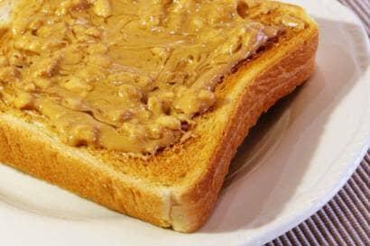 ピーナッツバターを塗ったトースト