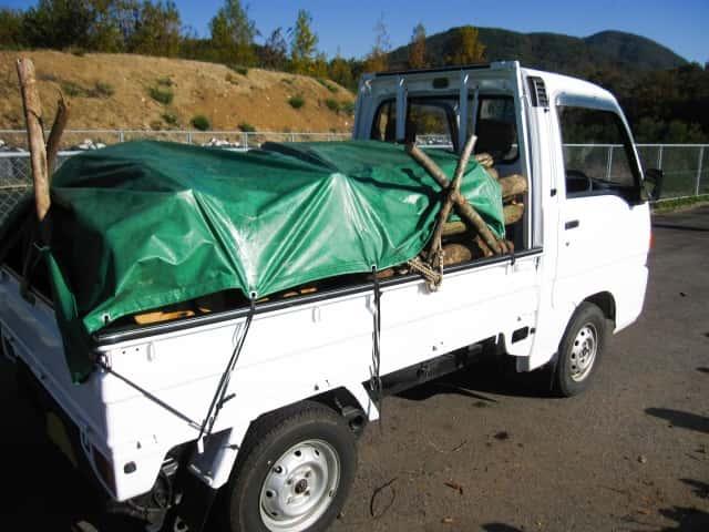 荷台シートを張った軽トラ
