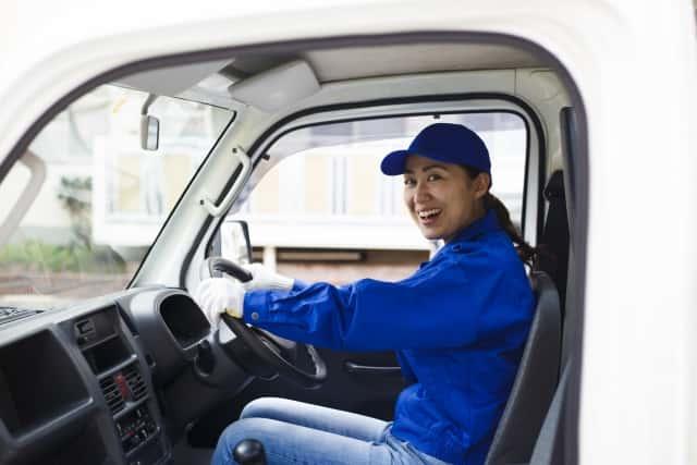 軽トラックの運転席に座る女性