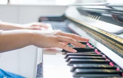 ピアノを演奏する人