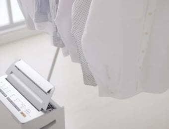 除湿機で洗濯物を乾かす