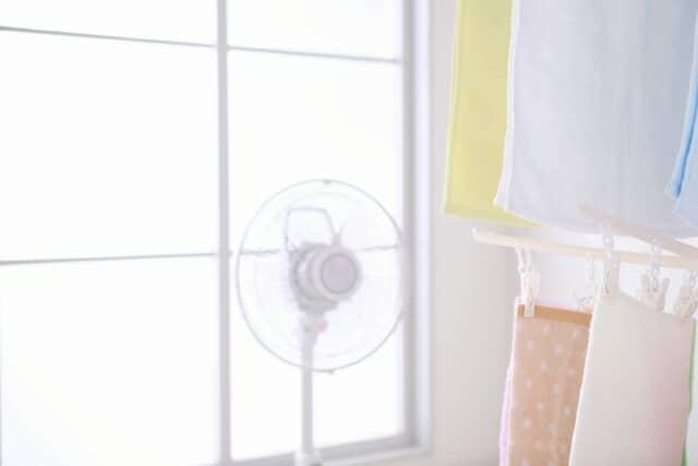 除湿機と扇風機を併用して、洗濯物を乾燥させる