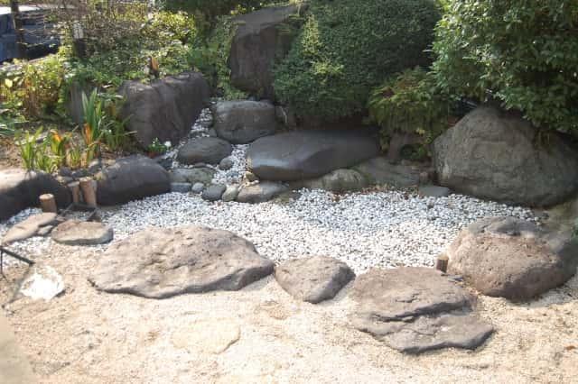 砂利を使った日本庭園