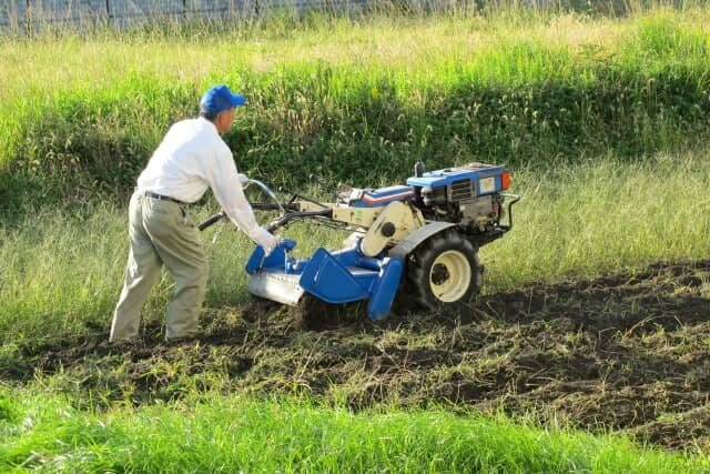 耕運機を操作する男性