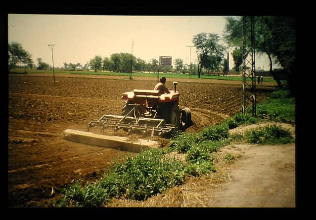 土壌消毒剤を灌注する前のトラクターによる耕起