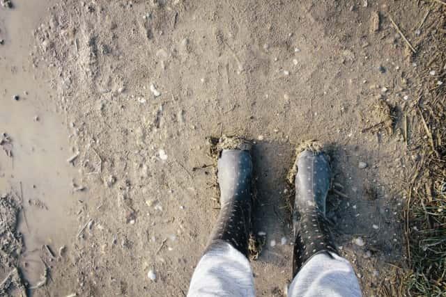 ぬかるんだ土と長靴