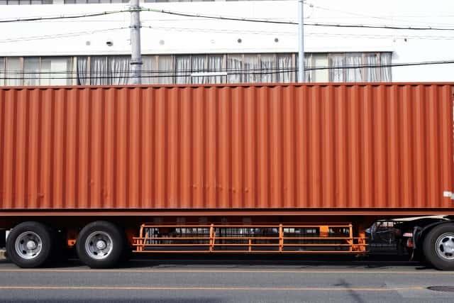 大型トラックに乗るコンテナ