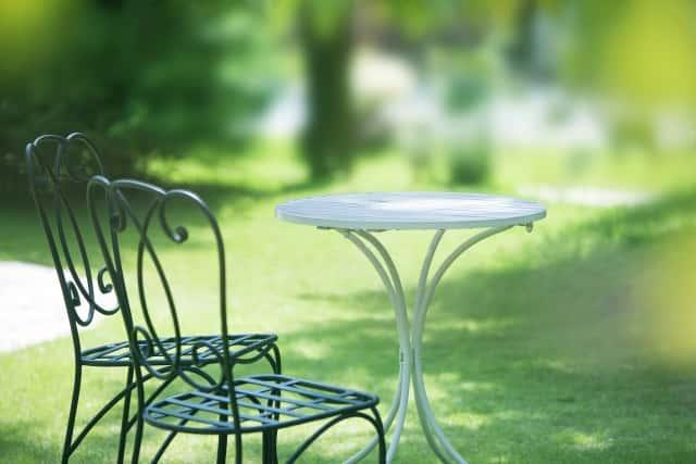 ガーデンテーブルのある庭