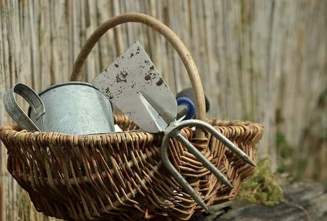かごの中に入ったガーデニングの道具