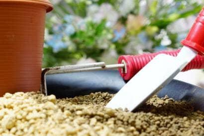 土とガーデニングツールと鉢
