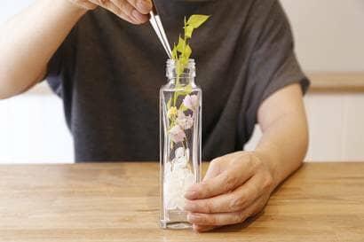 花材を瓶に入れる