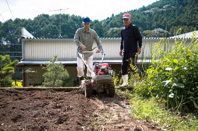先輩農家から仕事を教わる