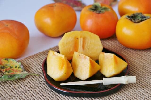 種無しの柿をカットして、漆の器の上に盛り付けてある