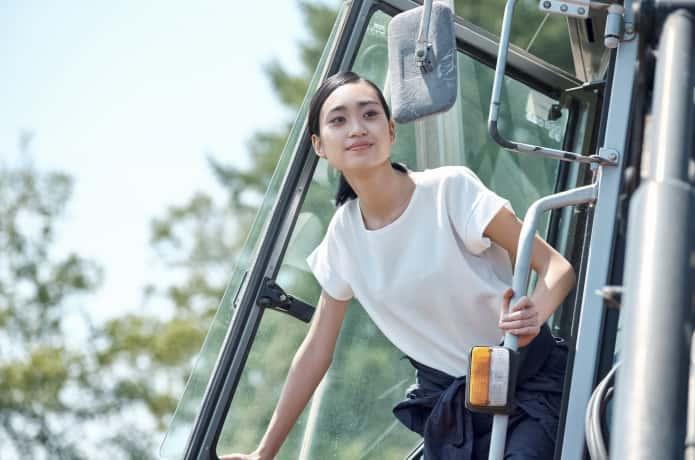トラクターに乗る女性