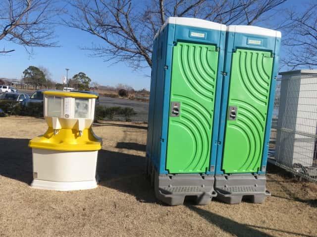 仮設トイレと仮設手洗い所