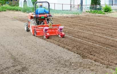耕運機で土を耕す