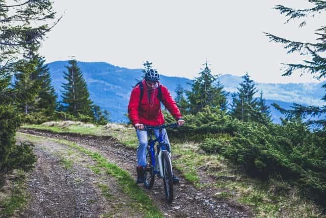 ウィンドブレーカーを着て自転車に乗る男性