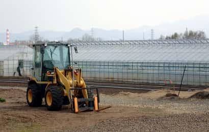 農業機械とビニールハウス