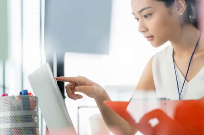 パソコン画面を確認する女性