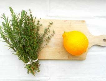 まな板の上のレモンとレモンタイムとハーブ