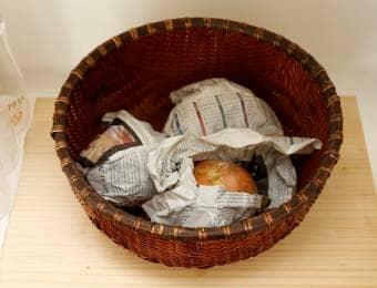 玉ねぎを新聞紙に包んで保存